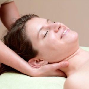 Aromaoelmassage-Ablauf, Nackenmassage, Sabine Zasche, Raum fuer Bewusstsein.