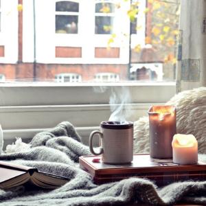 Kerzen mit Buch auf Bett