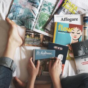Frau sortiert Bücher aus