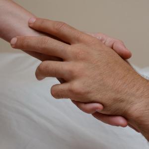 haende beruehren sich bei massage