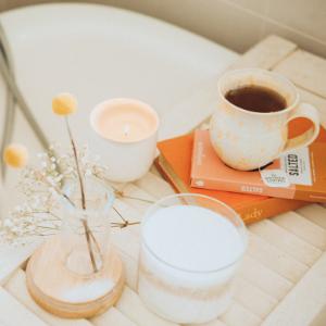 Kaffee und Tee auf Badewanne