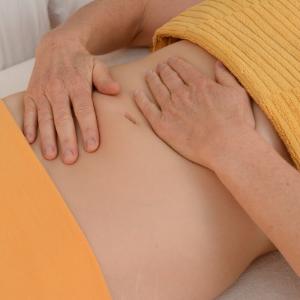 Meditative Bauch-Selbstmassage für Entspannung und innere Ruhe